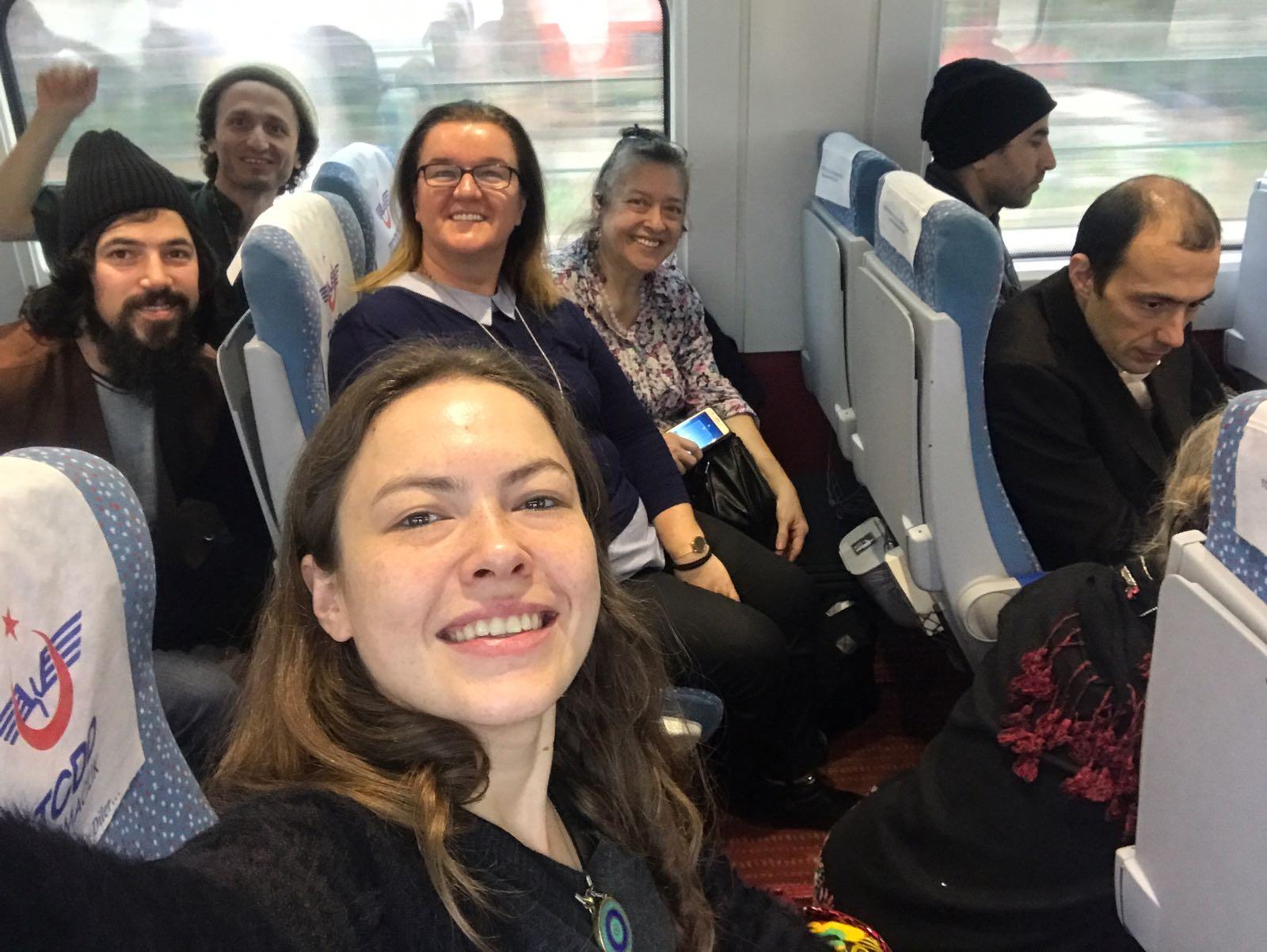 İstanbul'dan Ankara'ya tren yolculuğu. Soldan sağa Bahri Çakır, Fuat Yıldız, Ayla Karaca, Kanikey Güvenç Akçay (önde), Gülten Urallı, Fatih Oral, Emre Başaran. 14 Aralık 2017.