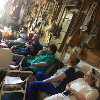 Öğrenciler Türk müzik terapi geleneğinde kullanılan enstrümanlarla ilgili bilgi aldılar.